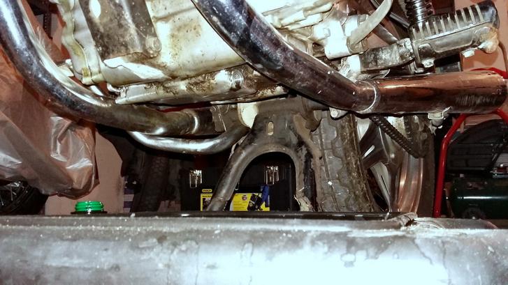 A középsztender nem volt a helyzet magaslatán, állandóan billegett rajta a motor. Most vastag gumi van ott, ahová támaszkodik, s jól áll