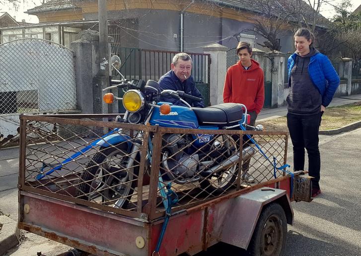 Ez itt még bizony egy halott motor. Nagypapa, Bálint, Bendegúz