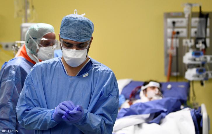 Védőruhában dolgozó orvosok a koronavírussal fertőzött betegek intenzív osztályán a mai napon a milánói San Raffaele kórházban