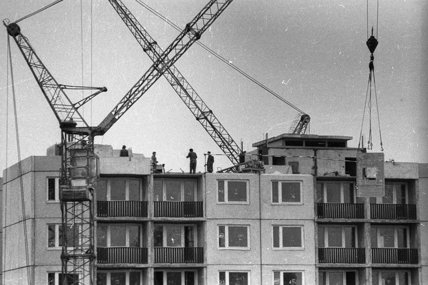 A gyárak ontották magukból a panellapokat, az építkezéseken pedig gombaként nőttek a panelházak. (1973, Dunaújváros)