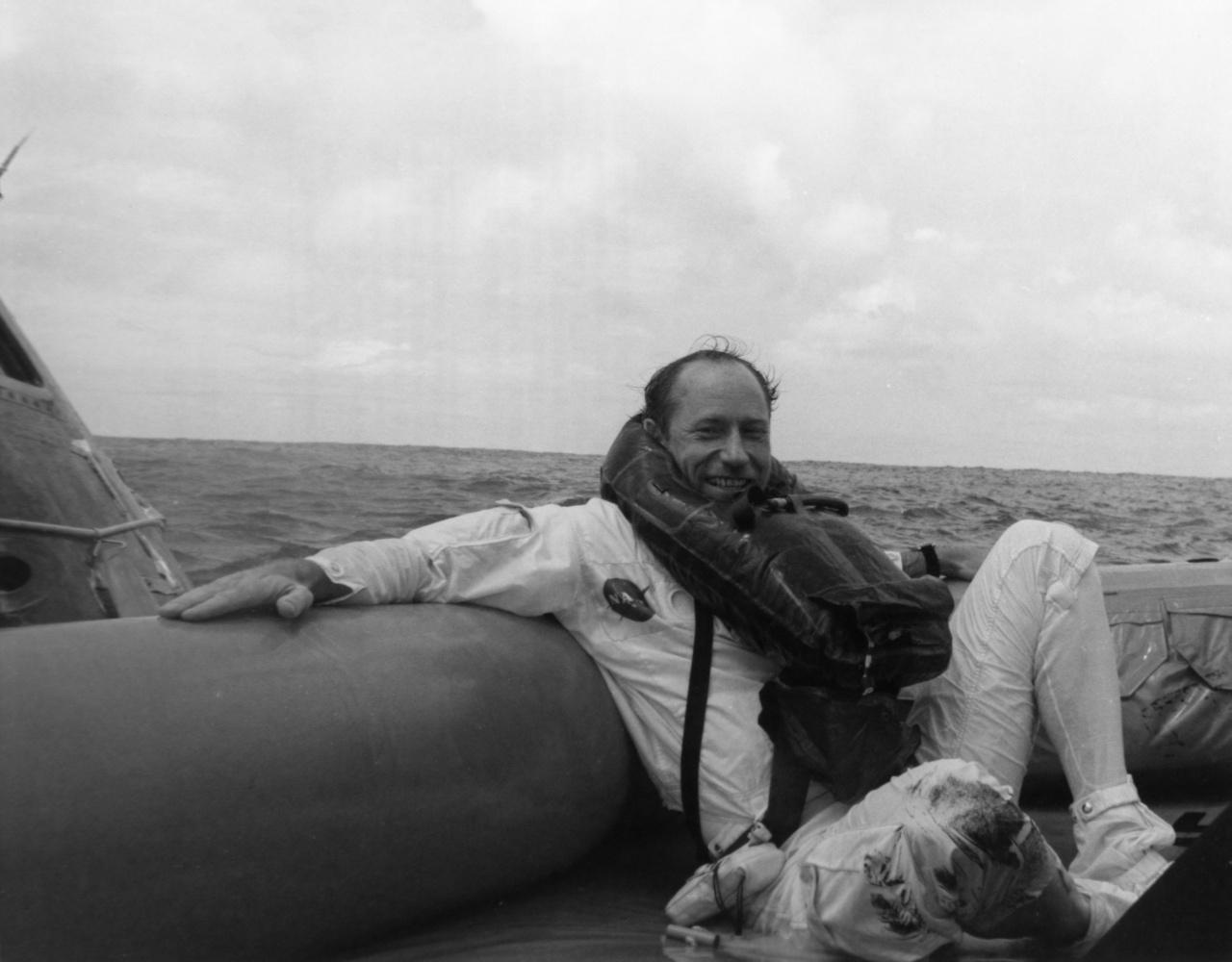 Az elmaradhatatlan Worden-mosoly az Apollo-15 visszatérése után, a mentőcsónakban ringatózva.