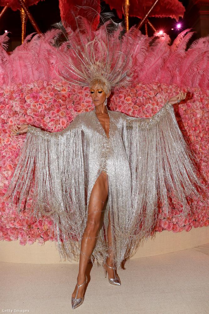 Ilyen idén nem lesz: Dion a tavalyi Met-bálon, ahol az eltúlzottság divatja volt a fő téma, egyben a dress code