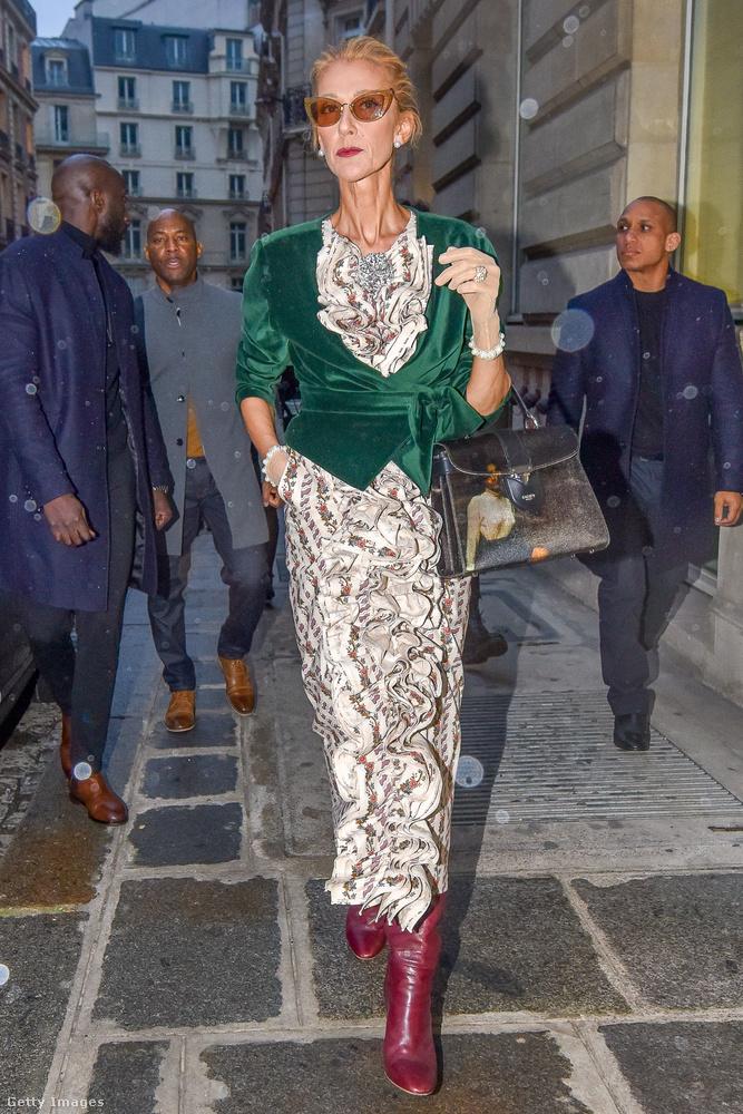Dion ugyanis tavaly január óta rendszeresen kimondottan jelmezszerű összeállításokban jelenik meg, történetesen itt is Párizsban.