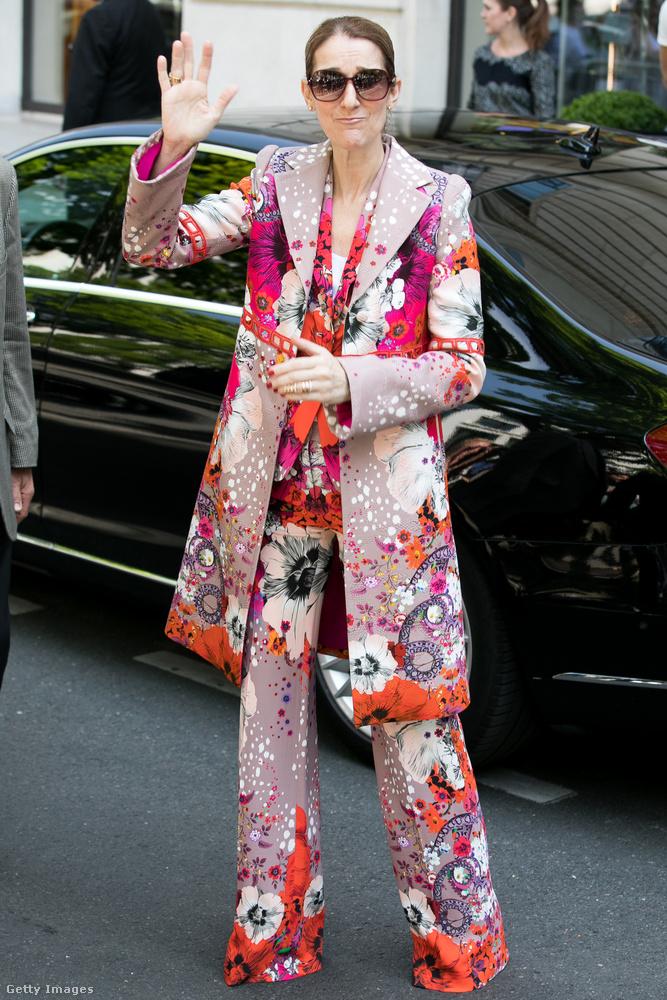2017 júniusában, Párizsban viselte az énekesnő ezt a nadrágkosztümöt, ami nyomokban otthonkát, egyébként pedig a hippikorszakot tartalmazza.