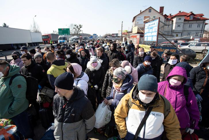 Tömeg a határzárás előtti utolsó órákban Lengyelország és Ukrajna határán 2020. március 27-én.