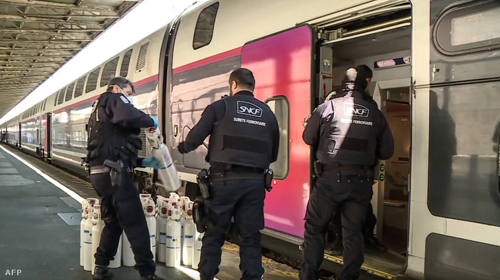 Oxigénpalackokat pakolnak a TGV nevű francia gyorsvonatra 2020. március 25-én.