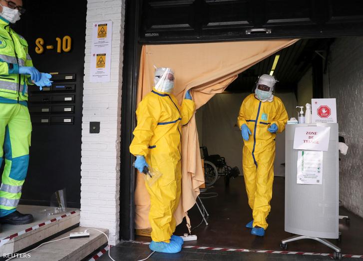Egészségügyi dolgozók készülnek egy beteg vizsgálatára Brüsszelben 2020. március 27-én.