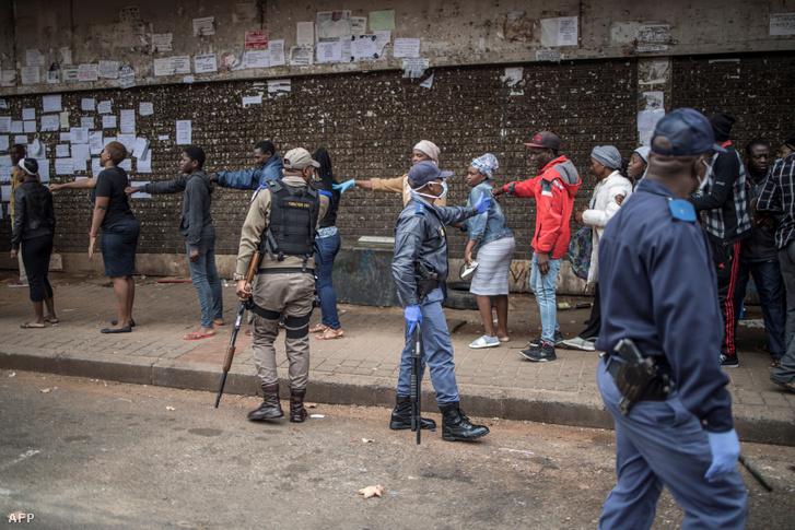 A közösségi távolságtartást betartató rendőrök Dél-Afrikában