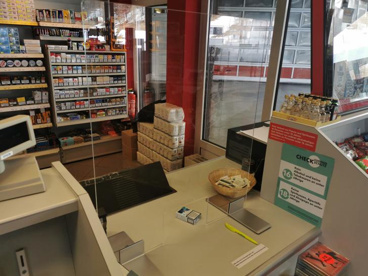 Plexilap egy dohányboltban - Olvasónk fotója