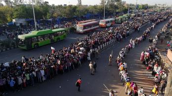 Indiában leállították a vasútközlekedést, majd azt mondták több tízezer vendégmunkásnak, hogy menjenek haza