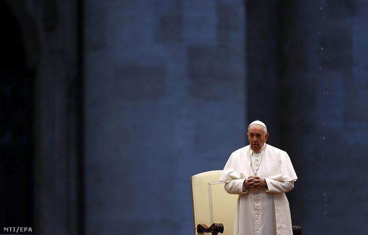 Ferenc pápa Urbi et Orbi (a városnak és a világnak) szóló áldást mond az üres vatikáni Szent Péter téren 2020. március 27-én.