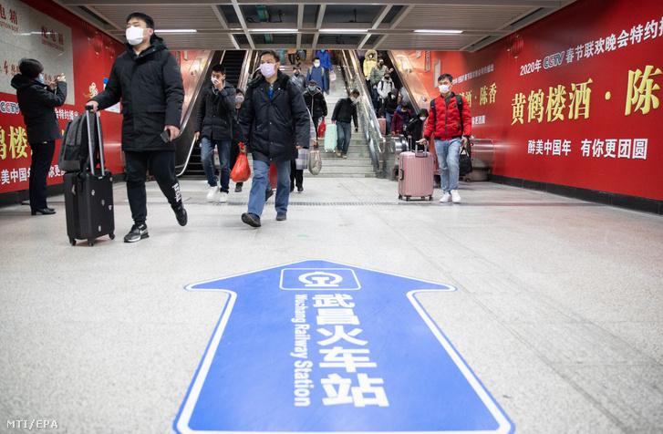 Utasok egy vuhani metróállomáson 2020. március 28-án.