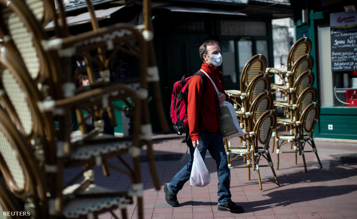Védőmaszkot viselő férfi egy üres piac közelében Bécsben