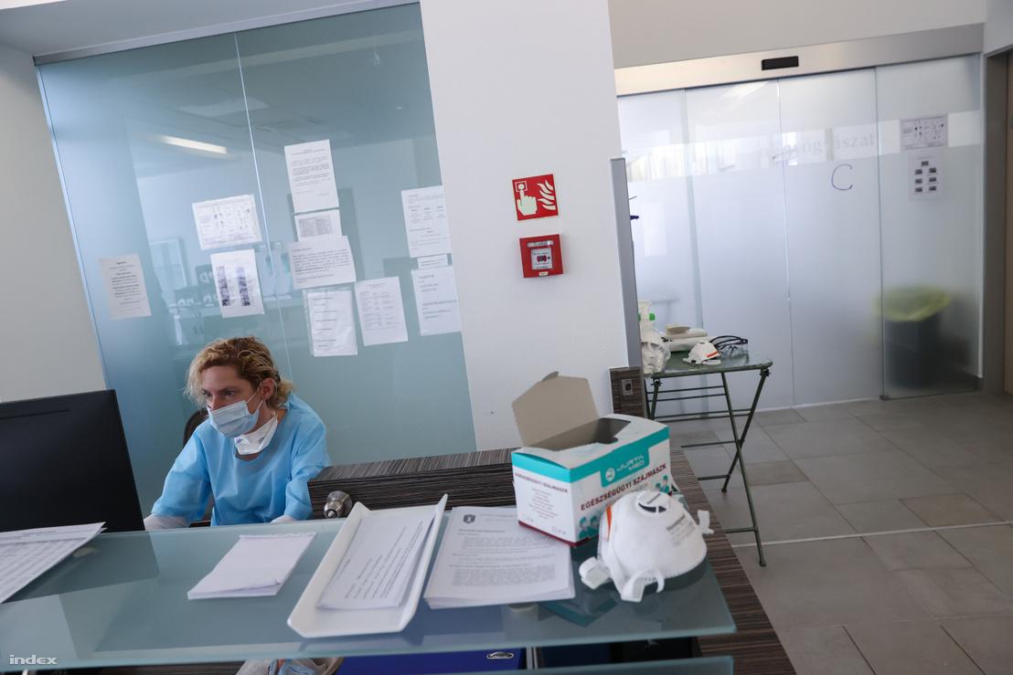Egészségügyi alkalmazott a Kútvölgyi kórházban