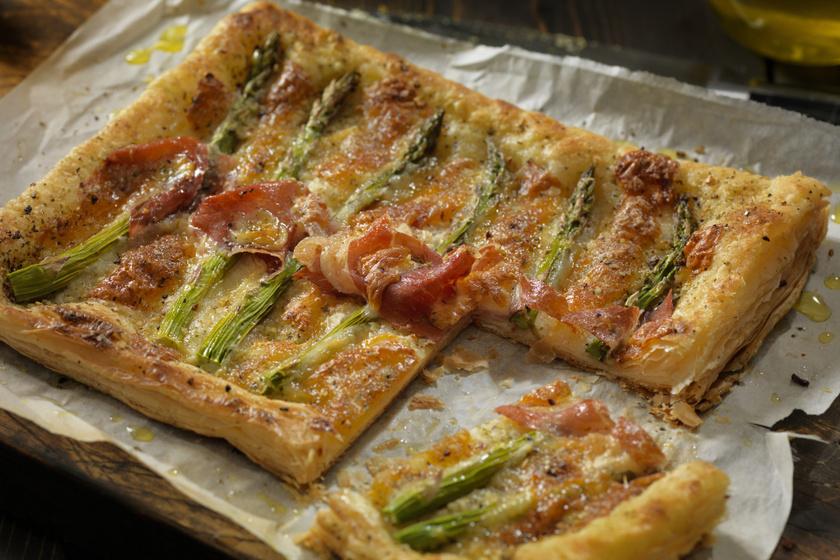 Roppanós sonkás-spárgás pite: sok mozzarellával még finomabb