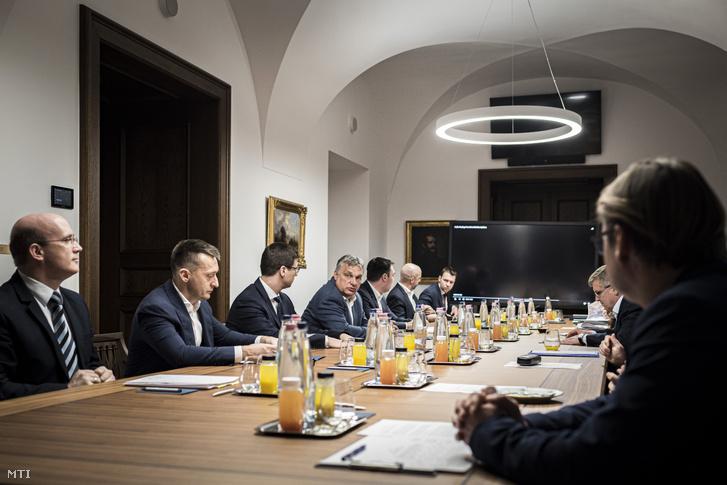 Orbán Viktor miniszterelnök a koronavírus elleni védekezés keretében felállított akciócsoportok vezetőinek jelentését hallgatja a Karmelita kolostorban 2020. március 19-én.