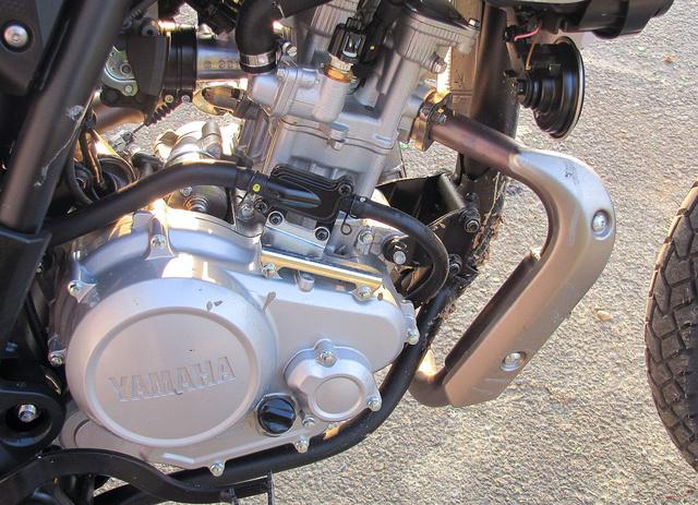 Az R125-ben sportmotor, itt enduróra hangolva
