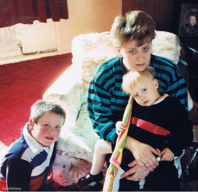Delaney 1990-ben gyermekeivel, Sandyvel és Kennyvel