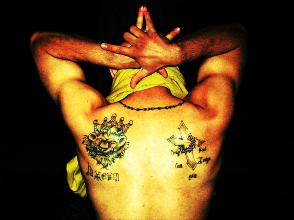 A Latin Kings banda egy tagja a szokásos oroszlános tetkóval és az ötágú csillagot formázó kézjellel