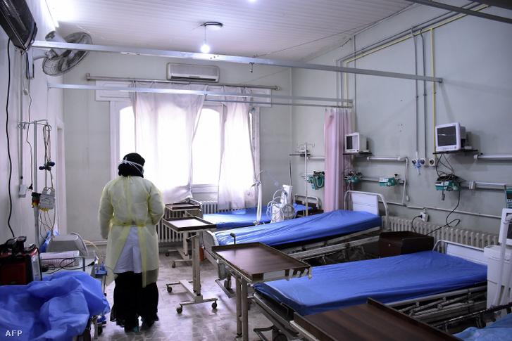 Ápoló ellenőrzi egy kórház új típusú koronavírusos betegek számára létrehozott részlegét Aleppóban.
