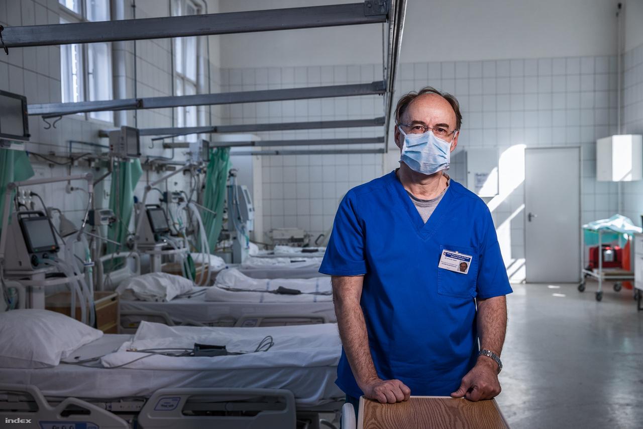 """A koronavírus fertőzés miatt március 8-tól az egész országban látogatási tilalmat vezettek be a kórházakban, március 16-tól pedig országszerteszüneteltetika halasztható műtéteket és vizsgálatokat, és csak a sürgősségi beavatkozásokat végzik el.""""Most egy kicsit olyan, mintha ciánozták volna a kórházat, ennek is megvan a diszkrét bája"""", mondja Nyulasi Tibor a Szent János Kórház Központi Intenzív Osztályának főorvosa. Miközben ő három hete folyamatos készenlétben van, a telefonja öt percenként csörög, és elkezdődött az orvosok """"átképzése"""" is, itt még pihentetik az embereket. """"Mi még várakozási fázisban vagyunk. Még el tudok küldeni 3-4 embert szabadságra, hogy pihenjen otthon, mert nem tudom, hogy jövő héten mi lesz. Lehet, hogy 36 órát kell egyben lehúzunk"""".Két hete nyitották meg a Kútvölgyi tömbben akaranténkórházat.""""Hazamentem és telefonáltak, hogy négy óra múlva meg kell nyitni! Bekaptam gyorsan valamit, kocsiba ültem és visszajöttem. Az egyik ajtón még a takarítók mentek ki, a másik ajtón pedig már a mentők hozták be az első karanténos betegeket. Nekünk is tanulni kellett ezt a helyzetet, életemben nem voltam még karantén kórházban. Szerencsére volt egy infektológus, aki segített minket"""", mondta az osztályvezető-főorvos.Múlt héten feladatként kapták, hogy hozzanak létre egy következő intenzív osztályt is, sőt, már egy negyedik előkészítését is elkezdték. Állítja, hogy """"van lélegeztetőgép. Van tartalék, a tartaléknak is van tartaléka, és már a tartalék tartalékának a tartalékát kezdjük összeszervezni. Próbálunk három lépéssel a dolgok elébe menni. Ha ez sem elég, akkor tényleg katasztrófa lesz."""" Nyulasi szerint nyugodt körülmények között, a János kórházban jelenleg 27 embert tudnának lélegeztetőgépre tenni és """"további öt beteget tudunk lélegeztetni úgynevezett szükség gépekkel, transport lélegeztető gépekkel.""""Szerinte ennek a rendkívüli helyzetnek a nagyon pozitív hozadéka, hogy kollégái kérés nélkül """"beállnak és csinálják"""".""""Amikor indítottuk a karanténkórházat az """