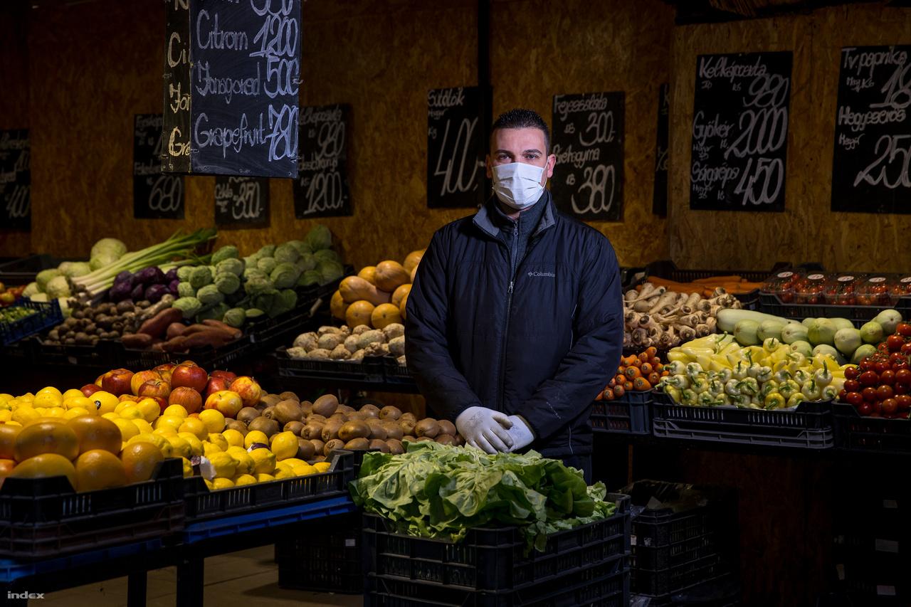 """A Hunyadi téri vásárcsarnokban azután indult meg a dömping, hogy Orbán Viktor március 13-ánbejelentette: bezárják az iskolákat és átállnak a digitális távoktatásra. Nem csak a vásárlók száma ugrott meg, az árak is az egekbe szöktek, mondja Vaszily István. A zöldséges tízéves kapcsolatokat rúgott fel,""""a termelőket ugyanis nem érdekelte a régi jó viszony, ugyanúgy háromszor annyiért adták az árut nekem is."""" Pedig az elmúlt két hétben annyit vittek krumpliból és hagymából, hogy alig győzték pótolni.Március 15. előtt egy zsák krumpli (15 kg) 2700, március 15-én már 3000 forint volt, március 19-én már 7500-ért adták. Azt mondja mára realizálódtak az árak, de attól a termelőtől már elvből nem hajlandó vásárolni, aki két hete háromszor annyit akart keresni rajta.István tizenhét éve dolgozik ezen a piacon, vevőit névről ismeri. Szerinte az elmúlt két hétben érződött az embereken, hogy félnek."""