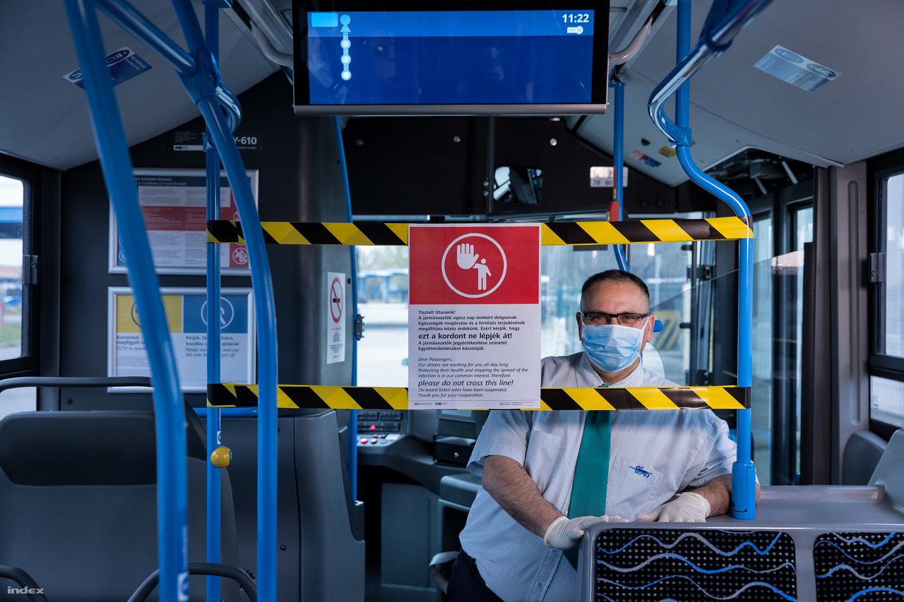"""Amíg nincs kijárási tilalom, aBKV is jár. Igaz, a járvány miatt már átálltak a nyári menetrendre,az átlagos forgalom alig tíz százalékára esett vissza az utasszám. Bizonyos vonalakon üresen, egy-két utassal közlekednek a buszok. És """"ez nyomasztó"""", mondja Rafael Tibor. A buszsofőr 10 éve dolgozik a BKV-nál, 7 éve buszozik éjszaka. Általában a 923-as járatot vezeti, amin normális esetben moccanni sem lehet. Részeg, bulizó fiatalok, akik után van, hogy takarítani kell, de Rafael Tibor azt mondja ennél a némaságnál minden jobb.""""A nagykörúton egyébként nem lehet végigmenni, mert áll a kocsisor éjszakánként. Most végigmegyek a belvároson és nem látok autót, nem látok embereket, kihalt a város és ez nem jó érzés. Azt érzem, hogy egy háborús helyzetben vagyunk, be vagyunk zárva, az emberek félnek."""""""