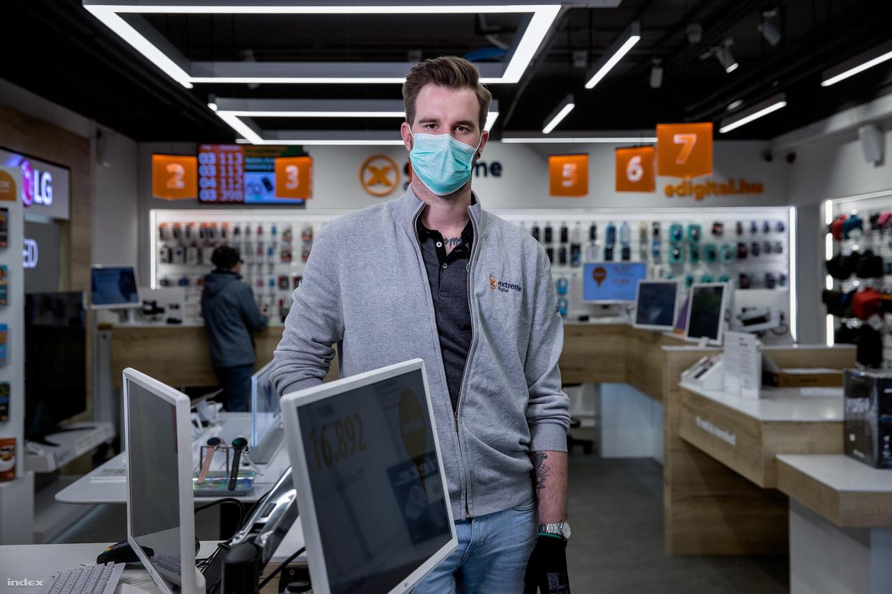 """""""Kicsit játszom a feláldozhatót. Itt vagyok, így is úgy is ki vagyok téve a fertőzésnek. A cég biztosítja a kesztyűt, a maszkot, plusz a jó minőségű vitaminokat, nem igazán tudok annyi óvintézkedést tenni, hogy az száz százalékosan megvédjen""""− mondja Szanics Richárd. Ő üzletkötőként dolgozik ugyanannak a webáruháznak az üzletében, aminek a raktárában Majoros Anett csomagol. A 29 éves férfi """"naponta 80-100 számlát csinál"""", ami azt jelenti, hogy egy nap alatt ennyi emberrel is találkozik, miközben több százezer forint készpénz megy át a kezén.Azt mondja azt viselték a legnehezebben, amikor két hete """"a kollektív beparázástetőzött. Nehéz volt kezelni, hogy valaki vegyvédelmi ruhában jött be az üzletbe, más pedig mindenféle elővigyázatosság nélkül érkezett és engem nézett hülyének, hogy maszkban vagyok."""" Sokaknál azt érzi, hogy szégyellik, hogy mosógépet vagy fagyasztóládáért jött átvenni, inkább azt mondják, hogy elromlott. Két hete valószínűleg mindenhol elromlott, mert az összes fagyasztóládát eladták."""