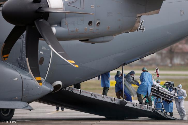 Repülővel szállított koronavírusos betegek 2020. március 29-én Franciaországban