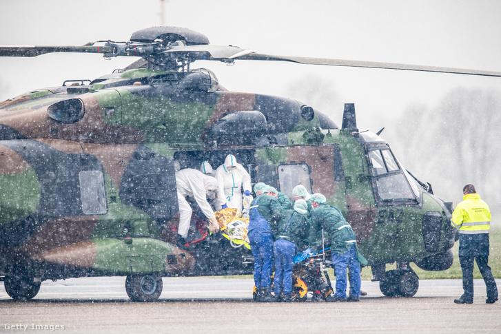 A francia légierő helikoptere landol Németországban az odaszállított koronavírusos betegekkel