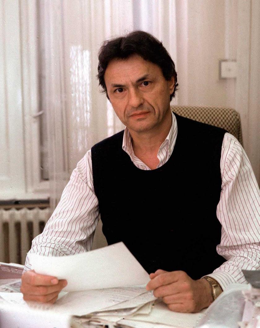 Chrudinák Alajos, a Magyar Televízió külpolitikai főszerkesztőségének vezetője dolgozószobájában, 1990-ben