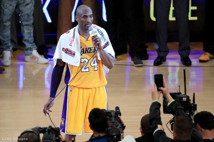 Kobe Bryant a búcsúmérkőzése után a Staples Centerben 2016. április 13-án.
