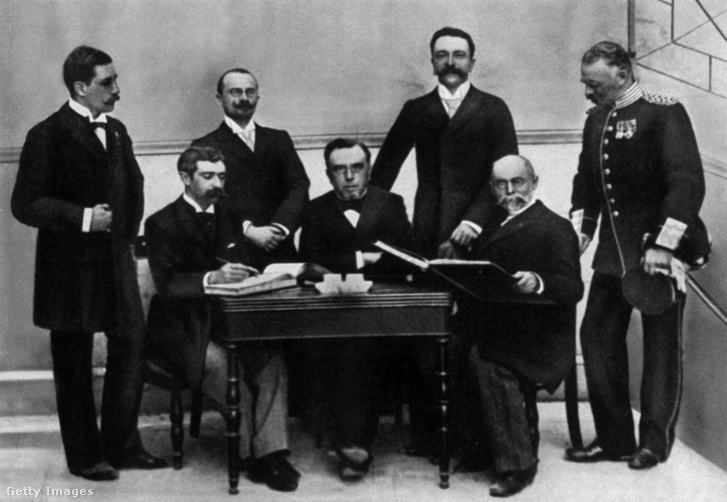 Egy kép1896-ból a Nemzetközi Olimpiai Bizottság tagjaival, köztük a magyar Kemlny Ferenccel (álló sor, jobbról a második)