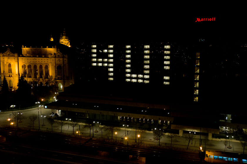 Az ablakokban március utolsó hétvégéjén sötétedéskor, vagyis 19:30 után jelent meg a 4U! felirat.