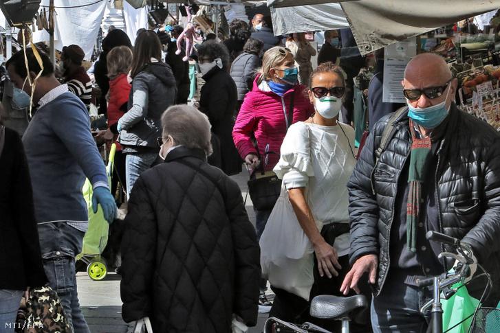 Védőmaszkos vásárlók az észak-olaszországi Padova egyik piacán 2020. március 28-án.