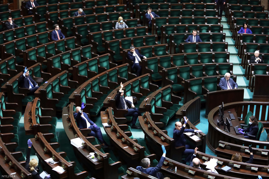 Képviselők a gazdaságélénkítő csomagról szóló szabálymódosításról folytatott vitán a parlamenti alsóház a szejm ülésén Varsóban 2020. március 26-án.