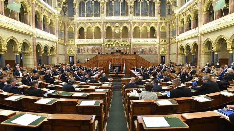 Megszavazta az Országgyűlés a koronavírus-törvényt, Áder pedig ki is hirdette