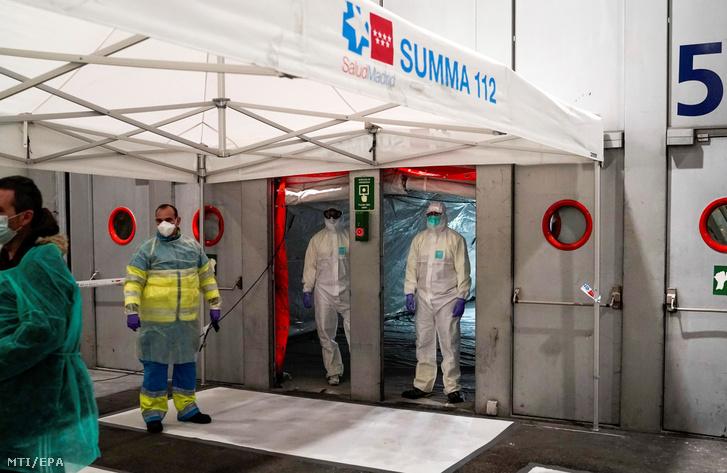 Egészségügyi alkalmazottak érkeznek a madridi Ifema kongresszusi központban kialakított ideiglenes sürgősségi kórházba 2020. március 22-én