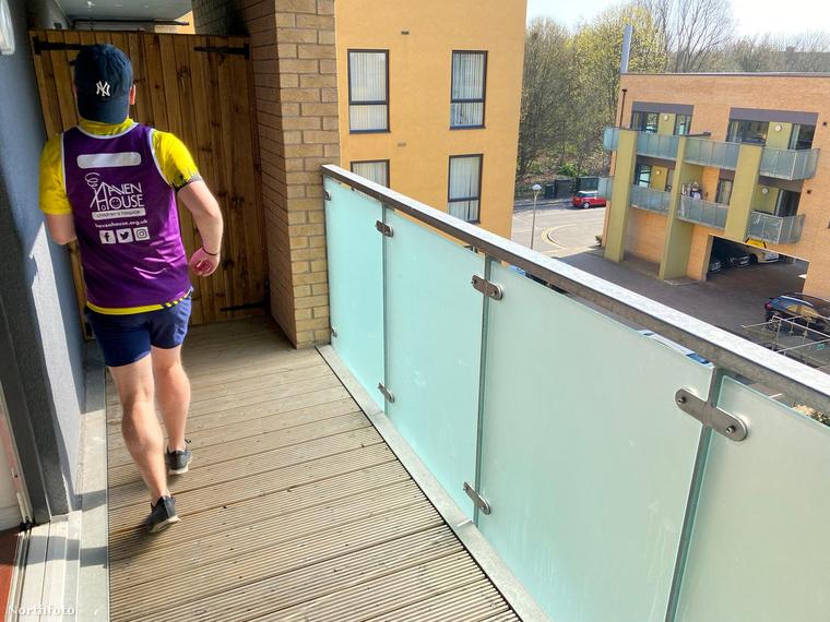 A 27 éves férfi eredetileg a londoni félmaratonon futott volna, melynek útvonala többek között a Big Ben, a Szent Pál Katedrális, vagy a különleges alakjáról elhíresült felhőkarcoló, a Shard mellett vezetett volna