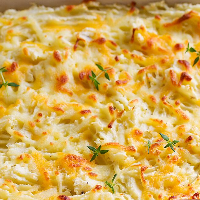 Vajjal összetört krumpli sajttal, tepsiben összesütve: a világ legkrémesebb körete