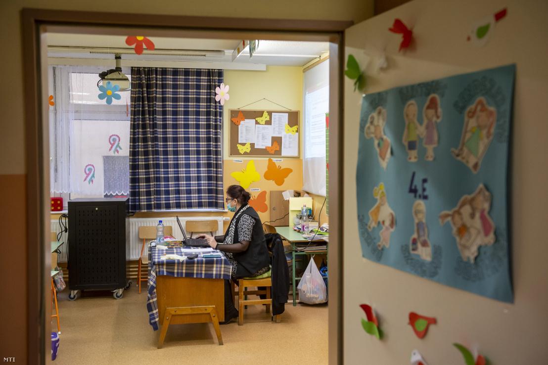 Egy pedagógus távoktatásban tanít 2020. március 23-án.