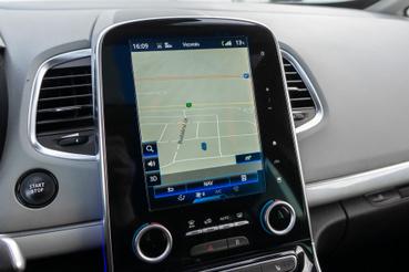 A navigáció egész elfogadhatóan működik, és meglepően szépen, folyékonyan beszél. A legfontosabb persze az, hogy a helyzetünket jelző autó átállíthatjuk egy Alpine A110-re