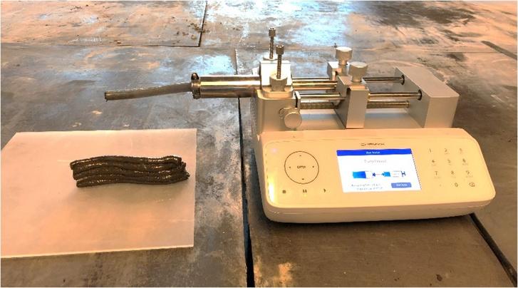 Bázisépítő anyagok 3D-nyomtatásához kifejlesztett gép és egy vizeletes minta