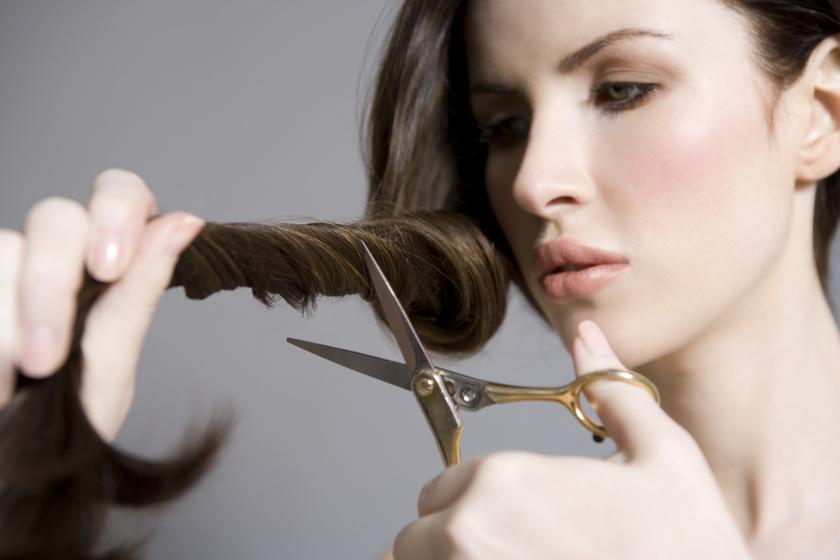 Videós segítség otthoni hajvágáshoz: szabályos és rendezett lesz így a frizurád