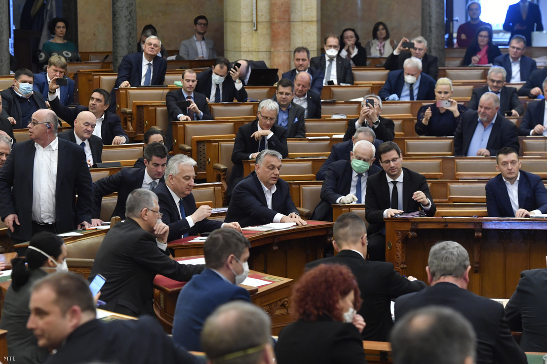 Orbán Viktor (középen), mellette Semjon Zsolt, jobbra Gulyás Gergely és a többi képviselő a mai koronavírus-törvény szavazása közben