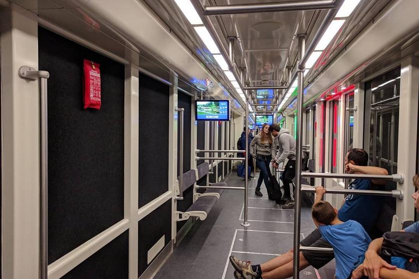 Ilyen a 2019-ben átadott, modern metrókocsi belülről.