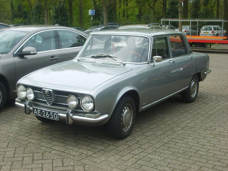 1280px-1968 Alfa Romeo 1750 Berlina %289067350294%29
