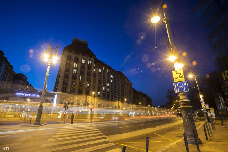 A Mercure Budapest Korona szálloda ablakai szív alakban világítanak a Budapesten 2020. március 20-án. A szálloda így fejezi ki szolidaritását a koronavírus-járvány terjedése miatt bezárt szállodák és a turizmus iparág dolgozóival.