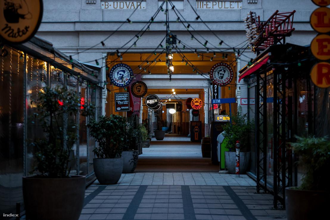 A fővárosban látogató turisták egyik kedvenc helyszíne ez éttermektől és szórakozóhelyektől zsúfolt Gozsdu udvar 2020. március 24-én teljesen üres.