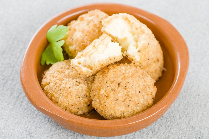 Ropogós, rántott sajtgolyók fűszeresen: többféle maradék sajtból